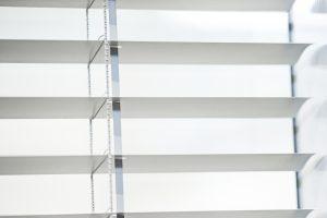 Das Fertigfenster mit Sichtschutz bietet Helligkeit und bei Bedarf Diskretion