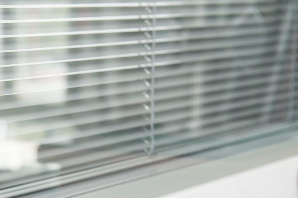 Trockenbau Verglasung mit Sichtschutz