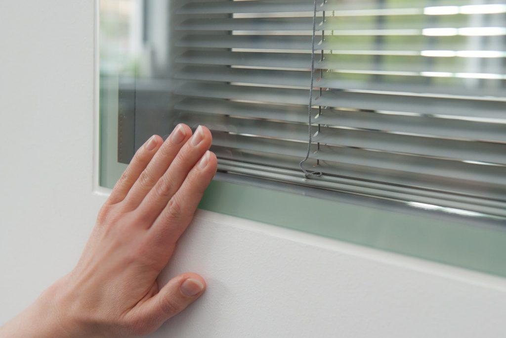 Trockenbau Verglasung mit integrierter Jalousie (Sichtschutz)